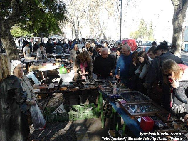 Turistas visitando en Mercado Retro