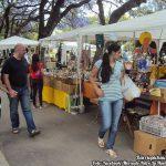 Gente visitando el Mercado Retro La Huella