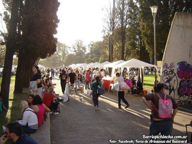 Turistas visitando la Feria del Bulevar