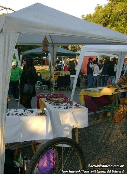 Feriantes exponiendo en la Feria del Bulevar
