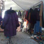 Ropa de abrigo en el Roperito en la calle